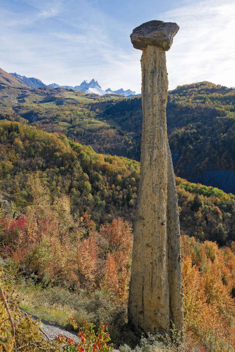 Moine de Champlan devant les Aiguilles d'Arves en automne