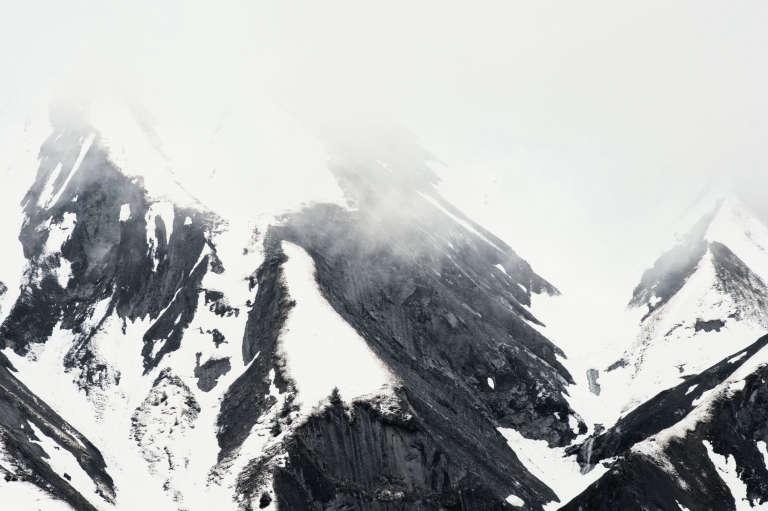 Falaise, neige et brume